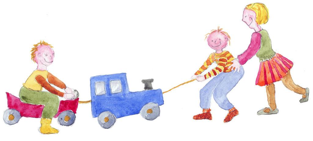 Lapsen kanssa -kuva. Kuvassa leikkijuna jonka vaunussa yksi lapsi on istumassa. Junaa vetämässä toinen lapsi. Aikuinenkin avustaa.